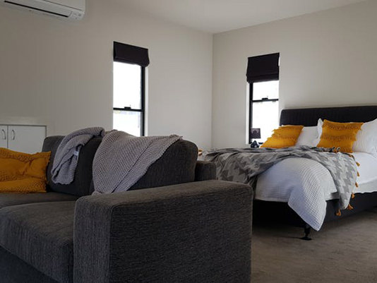 Cabin bedroom at Quaffers on Storm King Dam